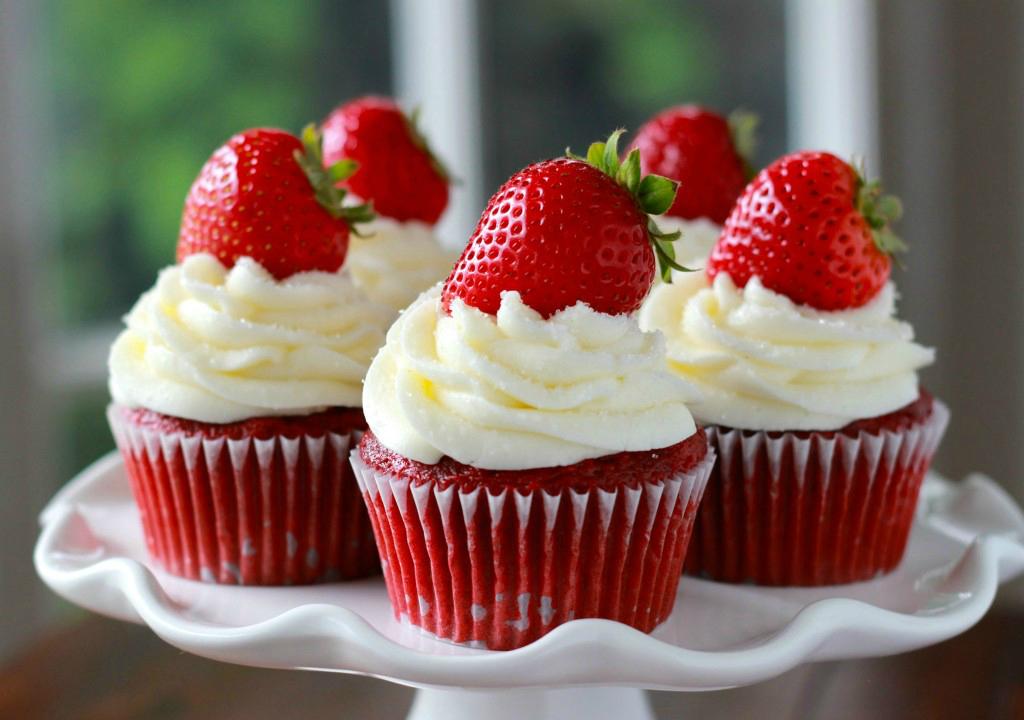 Cupcakes red velvet con frosting de queso y fresas