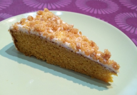 Carrot cake con cobertura de queso fresco y chocolate blanco