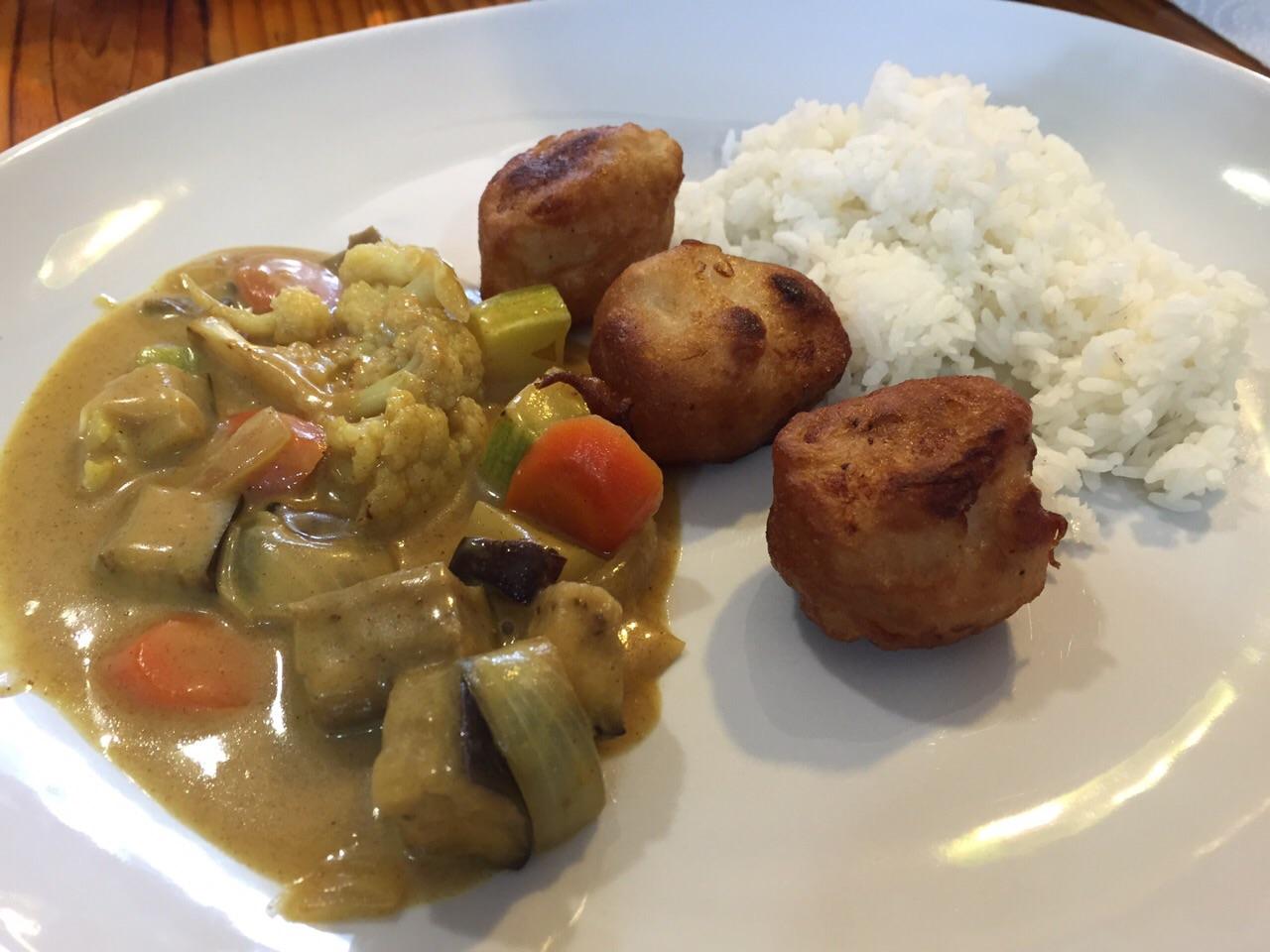 Verduras con salsa de curry, arroz basmati y merluza rebozada, con Thermomix®