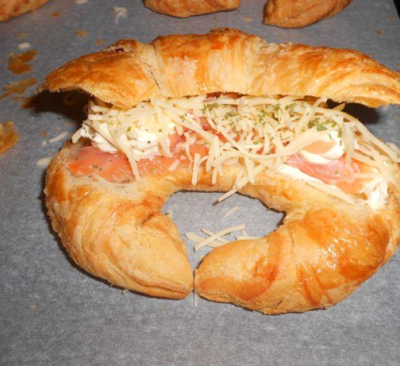 Croissants de pan al salmón