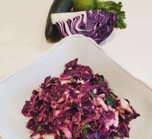 Ensalada de col lombarda, pepino, cilantro y lima