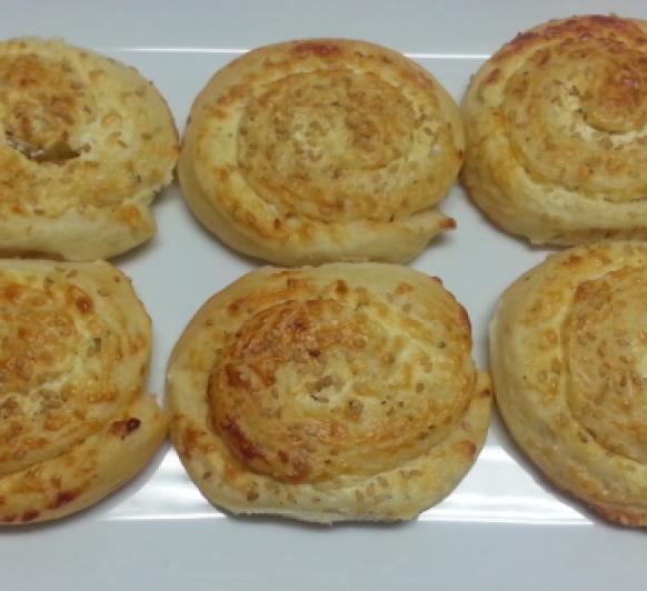 Panecillos rellenos de queso de cabra