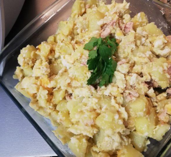 Huevos rotos con patatas y atún