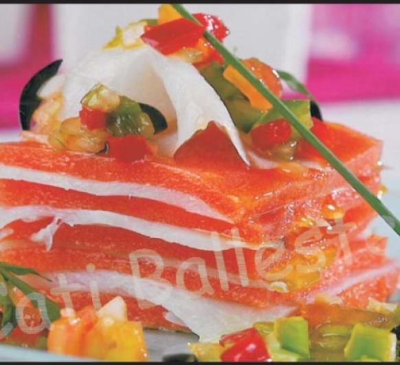 Milhojas de Bacalao y gelatina de tomate con vinagreta de hortalizas.